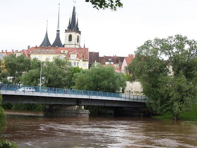 Ohře v Lounech je v neděli 2. června na 2. povodňovém stupni. Pohled na most Veslařů