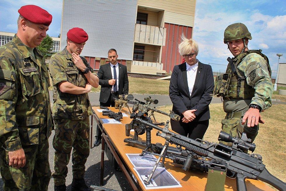 Ministryně obrany Karla Šlechtová navštívila vojáky v Žatci.