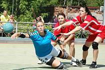 Úvodní zápas prvního kola play off mezi Žatcem (v červeném) a Tymákovem.  V dresu Žatce vlevo Lucie Schneiderová, vpravo Lucie Vlčková