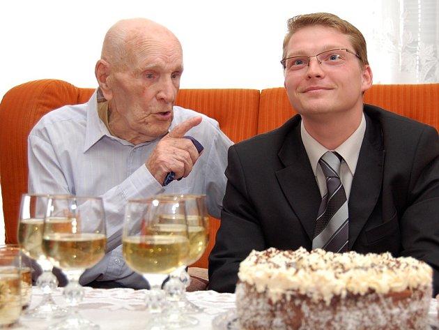 Oslavenec Vilém Měchura s místostarostou Žatce Alešem Kassalem (vpravo).