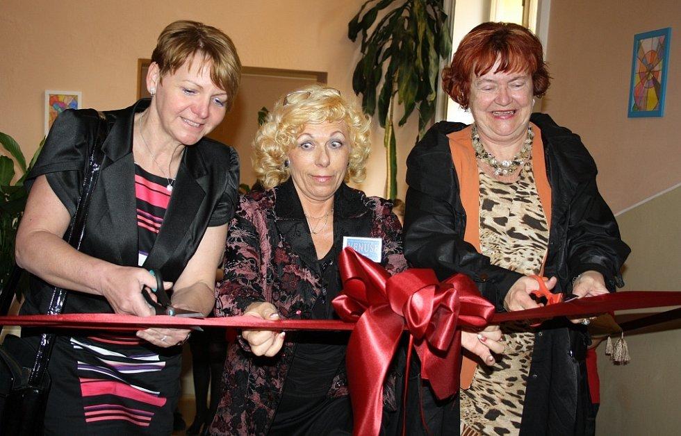 Starostka Žatce Zdeňka Hamousová, ředitelka ZŠ Speciální Louny Venuše Svobodová a místostarostka Loun Edita Hořejší (zleva) přestřihávají symbolickou pásku