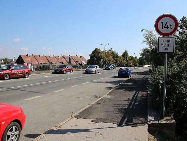 Vladimirská ulice v Lounech na archivním snímku