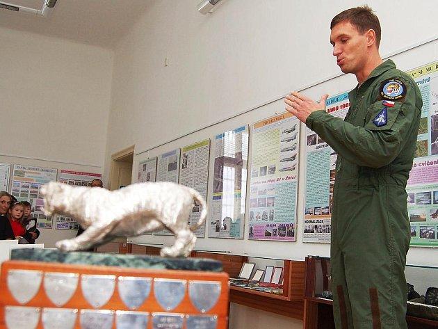 Do žateckého muzea přijel trofej ukázat pilot Michal Daněk