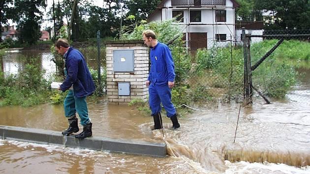 Rozvodněná Chomutovka při záplavách 2002 v Bitozevsi.