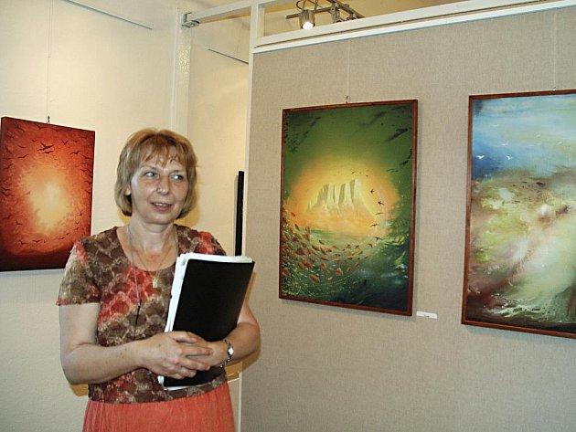 Alena Skalická u svých obrazů