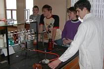 Martin Špergl (v popředí) při práci v chem. laboratoři.