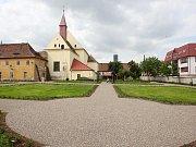 Práce v žatecké klášterní zahradě pomalu finišují