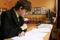 Student Marek Mikulášek z Gymnázia Václava Hlavatého v Lounech na potítku při zkoušce z Českého jazyka