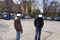 Muži, kteří kteří odkládali starý nábytek na ulici