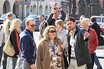 Žurnalisté si prohlížejí centrum Žatce.