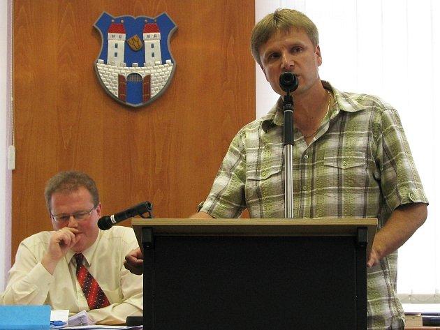 Leo Peterka na archivním snímku z jednání podbořanského zastupitelstva. Přihlíží starosta Radek Reindl.