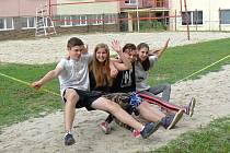 Studenti při sportování s novým prvkem - speciálním lanem pro chůzi a balancování. Na snímku jsou studenti Kateřina Čapková, Nicolas Tóth, Josef Sokolík a Tereza Schaumannová.