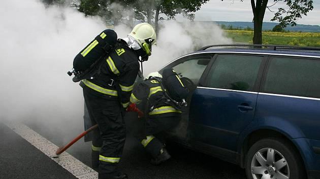 Požár osobního vozu na silnici R7