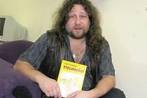 Žatecký spisovatel Aleš Stroukal se svou novou knihou Stolicování.