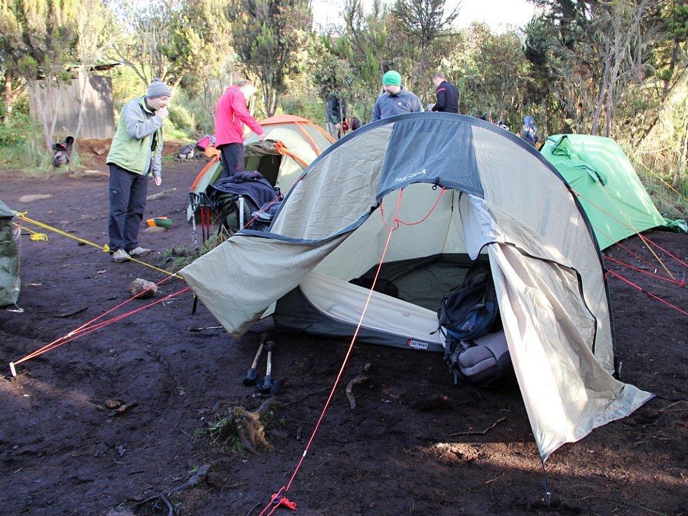 Při cestě na Kilimandžáro přespávali cestovatelé ve stanech