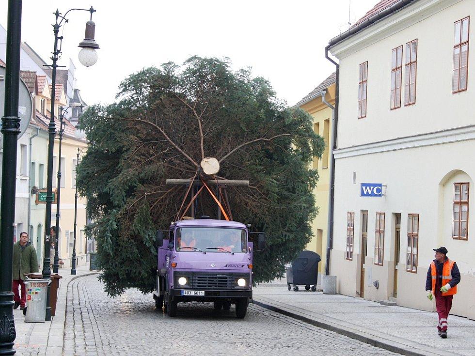 Vůz technických služeb přiváží velikána na Mírové náměstí