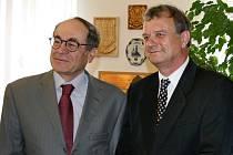 Yaakov Levy a Jan čermák (zleva) se usmívají při pátečním setkání na radnici v Lounech.