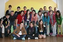 Kluci a holky z 9.B, kteří společně s paní učitelkou Jitkou Oulickou sestavili vysvědčení radním.