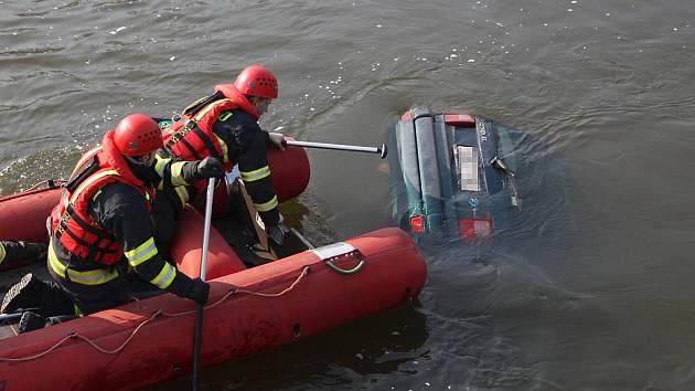 Hasiči lovili automobil z řeky Ohře v Žatci