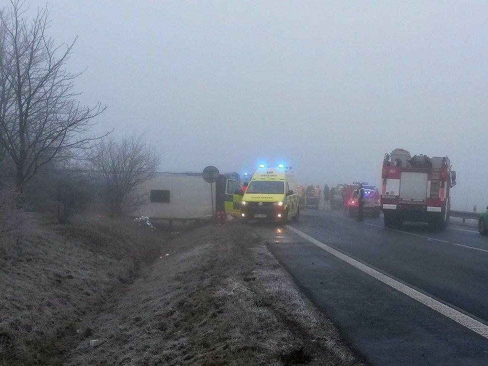 Nehoda autobusu s dětmi u Panenského Týnce na Lounsku