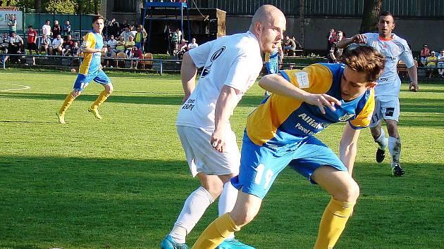 Blšanský Jan Šimon bojuje o míč na hřišti v Proboštově. Chmelaři tam v sobotu prohráli 0:4.