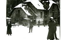 Snímek z bruslení u Polívků kolem roku 1915 v Lounech našel ve svém archivu sběratel dobových pohlednic Jaroslav Rychtařík