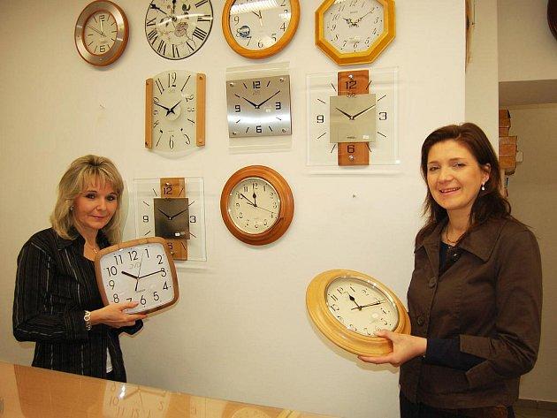 Taťána Petrlíková (vlevo) a Jaroslava Krátká přetáčejí čas na nástěnných hodinách v prodejně hodinářství a klenotnictví v Žatci