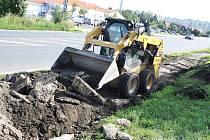 V Lounech začala rekonstrukce chodníků v Postoloprtské ulici ke kruhovému objezdu u někdejšího Úřadu práce.