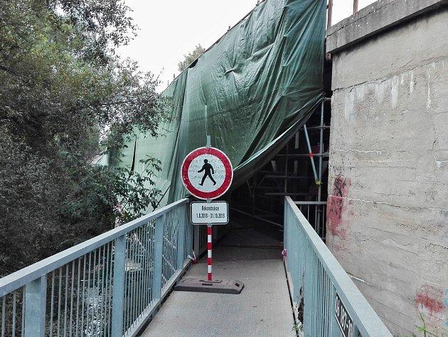 Lávka na železničním mostu přes řeku Ohři v Lounech je kvůli opravám uzavřená.