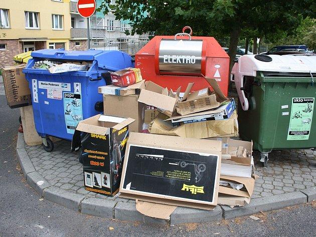 Zcela běžný obrázek kontejnerů na separovaný odpad vLounech. Líbí se vám takové prostředí?