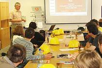 Během praxe se studenti dozvěděli vše o plánované výstavbě paroplynového bloku v Počeradech. Zasvěceně o ní hovořil vedoucí projektového týmu Jiří Šinágl.