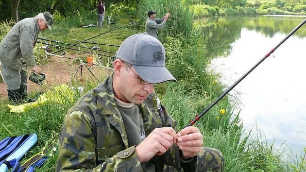Václav Porazík z Kolešova chytá ryby při rybářských závodech v Očihově.
