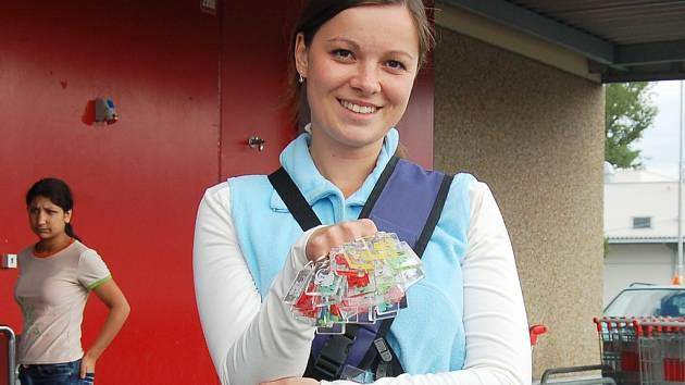 Lucie Hortová nabízí přívěsky před supermarketem Kaufland v Lounech.