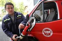 Miloslav Vejražka, velitel SDH Panenský Týnec, u nového Fordu Transit, který bude vyjíždět k technickým zásahům. Při nich pomohou i loni zakoupené hydraulické nůžky.
