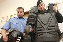 Strážníci Městské policie Postoloprty zkoušejí protiúderové obleky a další  ochranné pomůcky, které si strážníci vypůjčili od kolegů z mostecké policie.