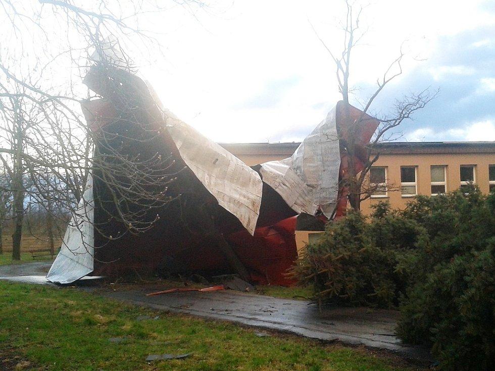 Střecha z budovy odlétla jako by byla z papíru
