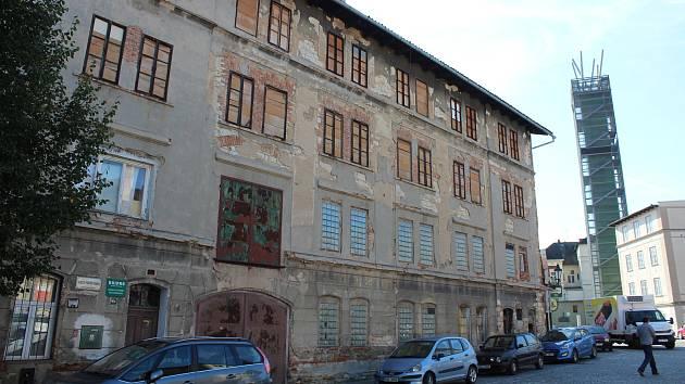 Nevzhledná budova v centru Žatce. Na dohled od Chmelového majáku.