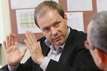 Současným senátorem za okresy Louny a Rakovník je od října 2008 Marcel Chládek, který byl letos v lednu jmenován  i ministrem školství ČR. Na místo v Senátu bude kandidovat znovu spolu se sedmi konkurenty.