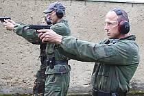 Strážníci Radek Sismilich (vpředu) a Vladimír Švarcbach nacvičují střelbu na policejní střelnici v Nečichách u Loun.