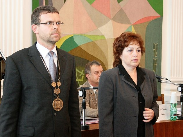 Starosta Loun Jan Kerner představuje novou zastupitelku Jaroslavu Basákovou.