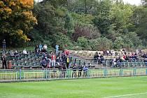 Diváci na fotbalovém hřišti Slavoje. Lavičky jsou přes dva roky bez kryté tribuny.