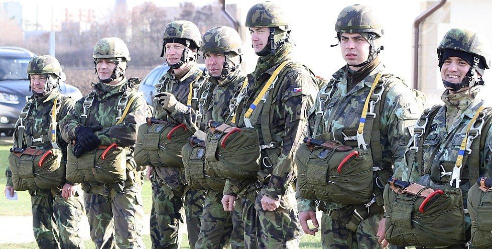 Výcvik výsadkářů na travnatém letišti Macerka u Žatce.