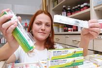 Lékárnice ukazuje vakciny proti vážným nemocem, které přenášejí klíšťata.