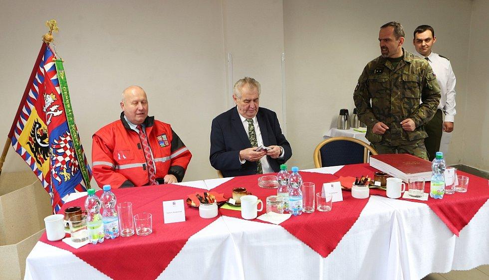 Prezidenta Miloše Zemana také na Lounsku doprovázel Oldřich Bubeníček (vlevo), hejtman Ústeckého kraje