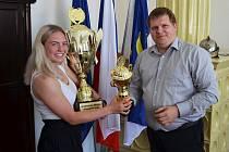 Adéla Citová a starosta Loun Pavel Janda s trofejí pro sportovce měsíce