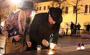 Lidé zapalují svíčky na pomníku Jana Husa na Mírovém náměstí v Lounech