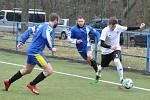 Úvodní jarní kolo fotbalisté Dobroměřic (v bílém) zvládli na výbornou a závěr utkání proměnili v exhibici.