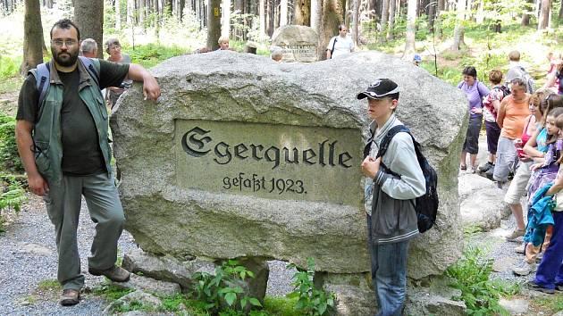 Turisté u pramene řeky Ohře v horách Fichtelgebirge v Německu.