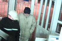 Mladíci, kteří přepadli benzinovou čerpací stanici v Podbořanech.