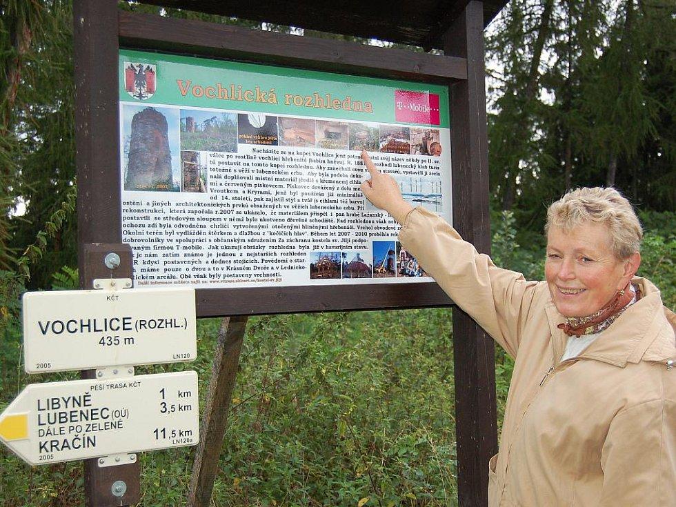 Hana Popová z Lubence si prohlíží tabuli na vrcholku lesního hřebene při znovuotevření Vochlické rozhledny.